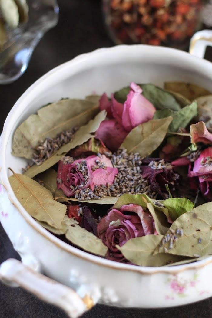 bricolage de printemps adulte roses séchées feuilles de laurier lavande séchées dans vaisselle vintage diy deco champetre chic