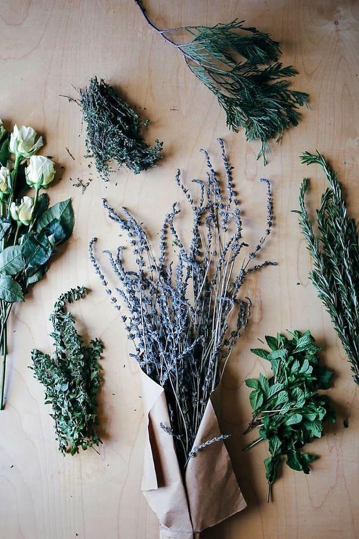 brin de lavande et d autres epices et herbes comme le persil le thym l aneth et des roses blanches