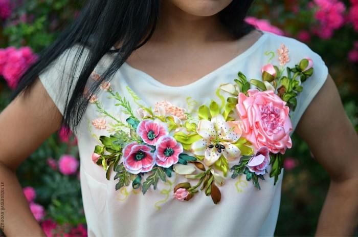 broderie sur vetement avec des fleurs crees a partir des rubans une fille a tee blanche devant un rosier