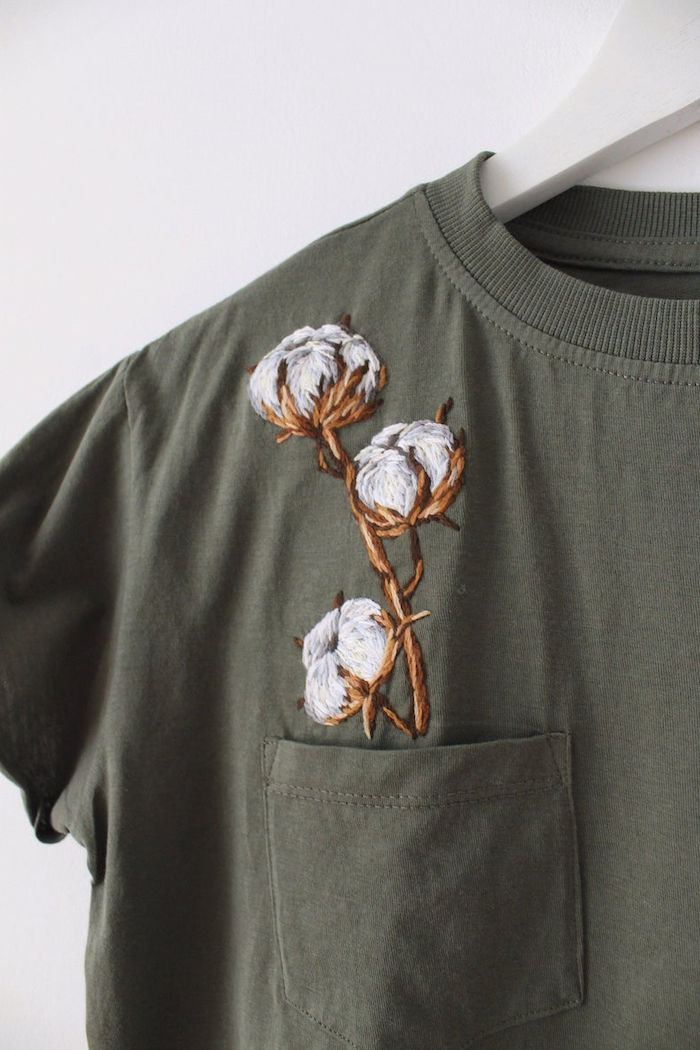 broderie sur vetement un tee shir en kaki avec des fleurs de cotton brodes sortant du poche