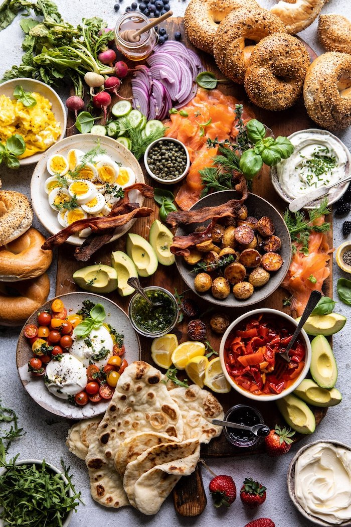 brunch dimanche abondance des aliments legumes et fruits bacon et bagels sur une table