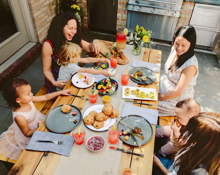 brunch idee a la maison meres avec ses enfants autour la table avec des croissants et de jus