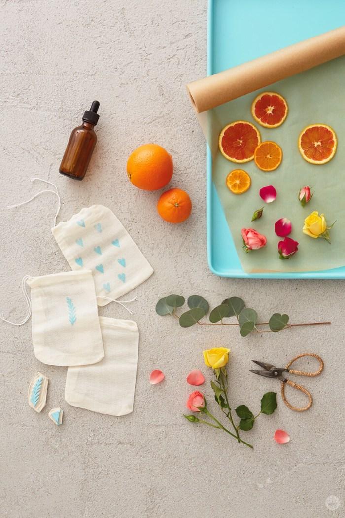 cadeau a faire soi meme sachets de tissu remplis de fleurs séchées et agrumes idée cadeau=aromatique diy