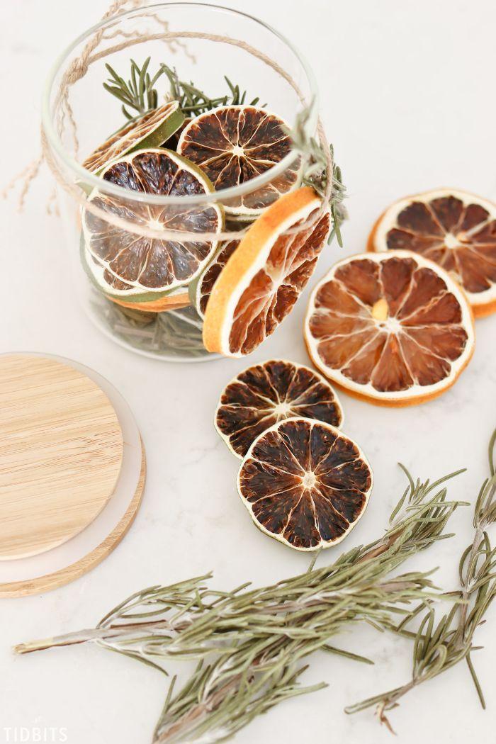 cadeau de noel a faire soi meme brins de romarin rondelles d orange dans pot pot pourri comment fabriquer