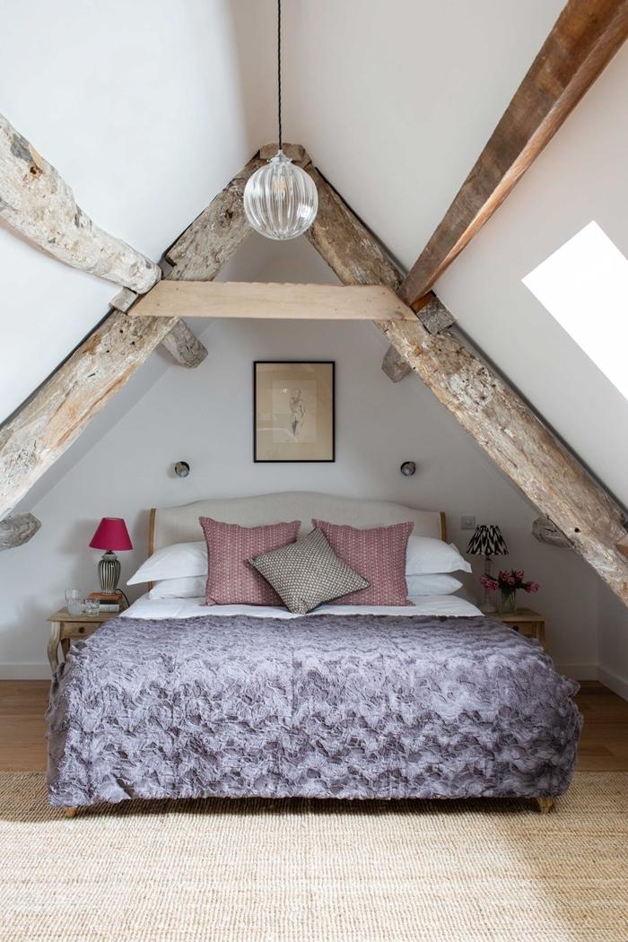cadre photo noir amenagement sous pente petite chambre mur blanc poutres bois brut apparentes table de chevet bois
