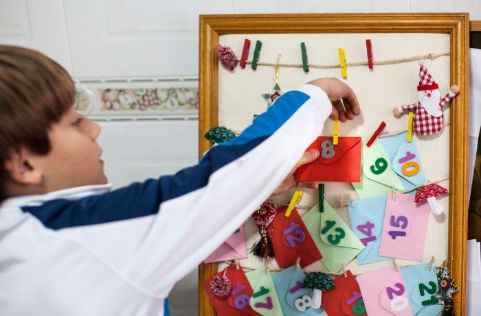 cadre tableau avec des enveloppes et des chiffres dattes collées dessus accrochées avec des pinces à linge