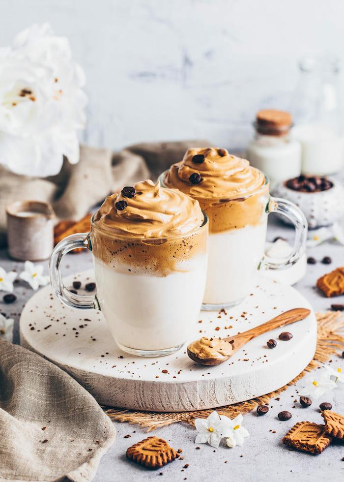 café fouetté dalgona avec base de lait et de la mouse au caffé fouetté et de graines de café pour décorer
