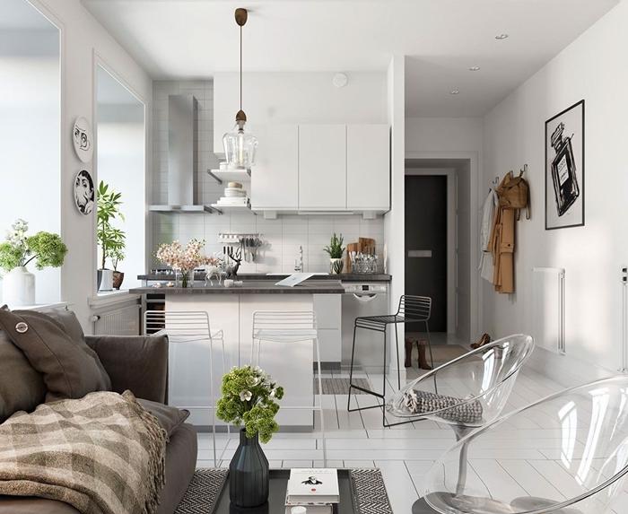 canapé gris agencement cuisine pour studio blanche plan de travail gris crédence carrelage sol blanc chaise transparente