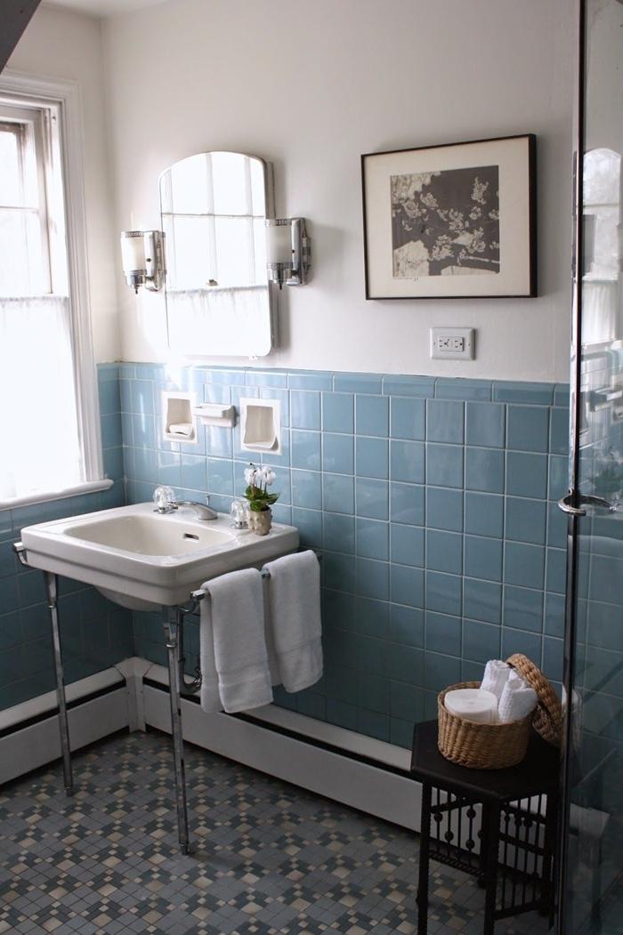 carrelage bleu évier sur pieds inox idee deco salle de bain cadre photo blanc et noir tabouret noir panier tressé