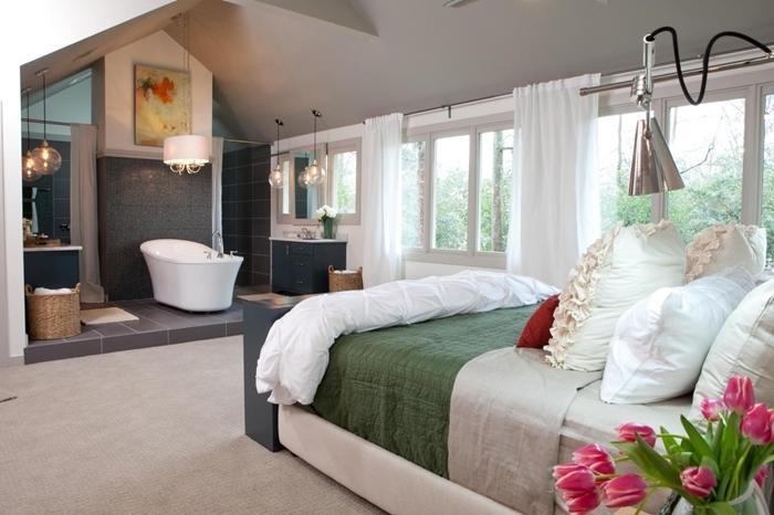 carrelage gris anthracite panier tressé chambre avec dressing et salle de bain lampe sur pied lampe inox rideaux blancs
