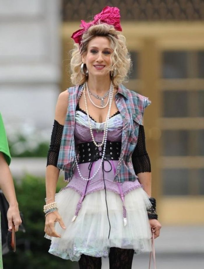 carrie bradshow vetu en style années 80 corset débouché un tutu et veste carre ruban sur les cheveux