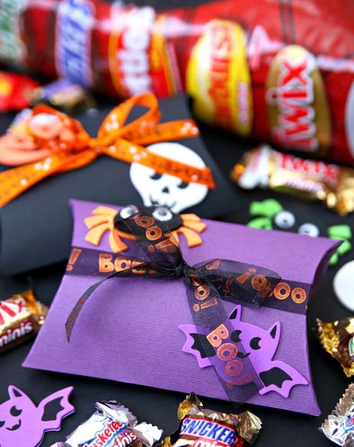 carte halloween surprise bonbons friandises carte papier cartonné violet avec ruban noir figurine chauve souris effrayant