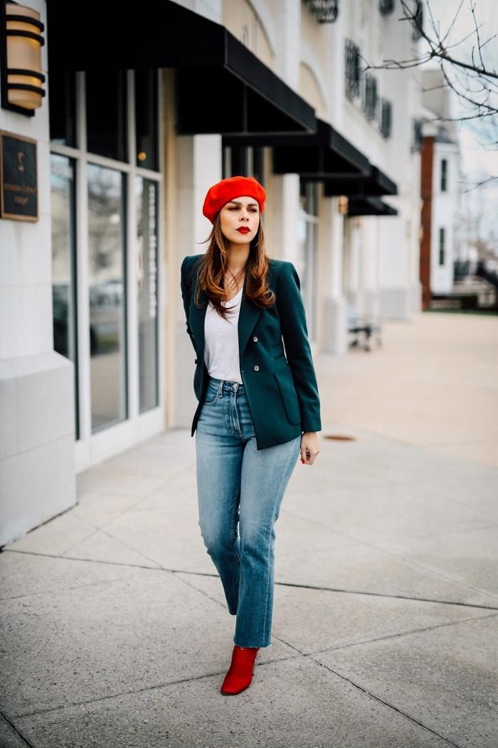 casual chic femme tenue style vestimentaire femme bottines talons rouges béret blazer vert foncé débardeur blanc