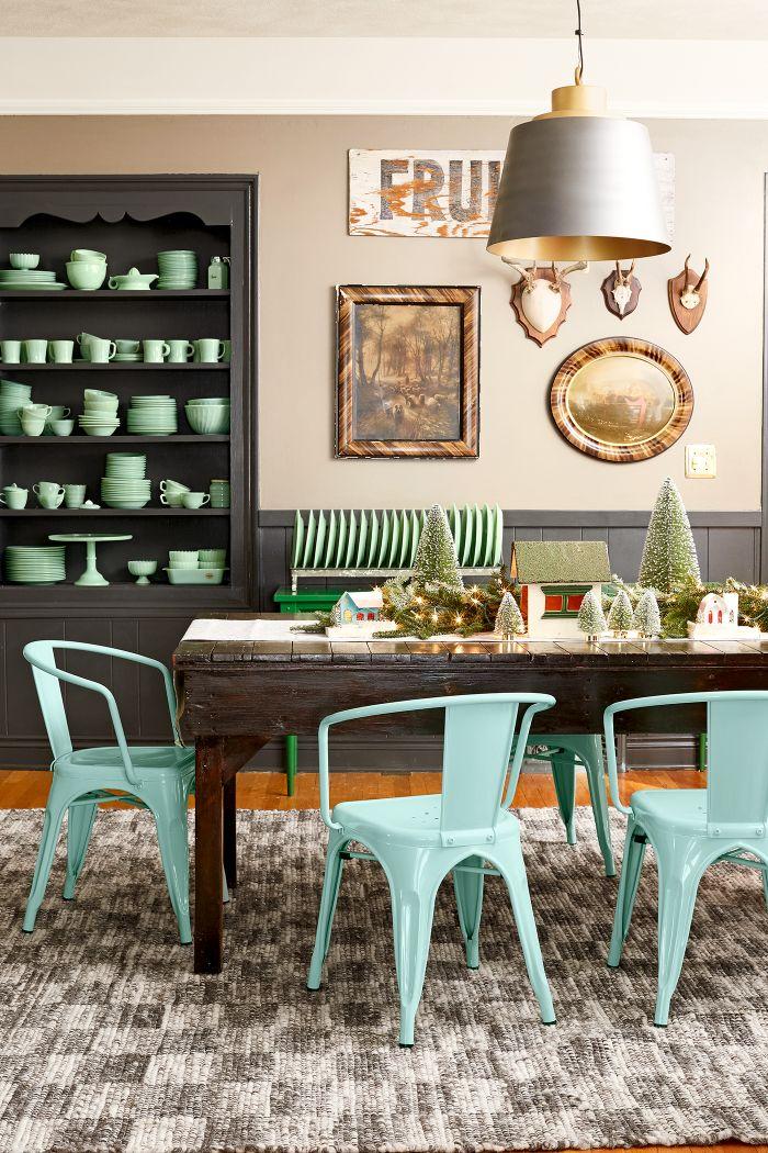 chaises metalliques repein de bleu table bois rustique soubassement bois gris suspension originale deco murale rustique