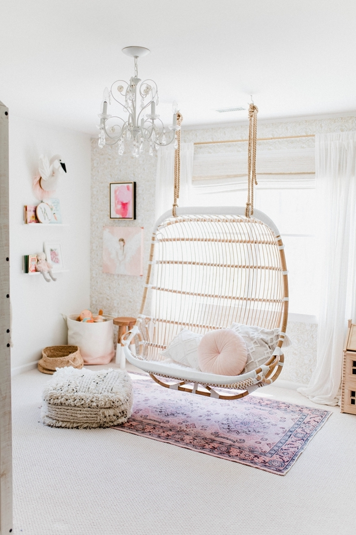 chambre ado fille 12 ans décoration cocooning chaise oeuf suspendue rotin coussin rose pastel rond pouf franges