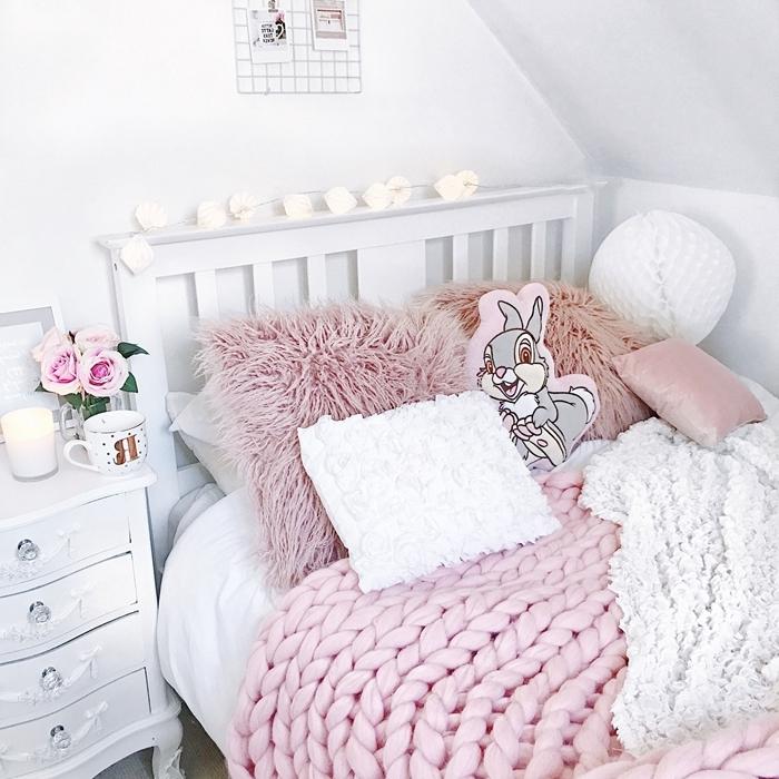 chambre ado fille 12 ans style cocooning tête de lit bois blanc coussin fausse fourrure rose poudré plaid grosse maille