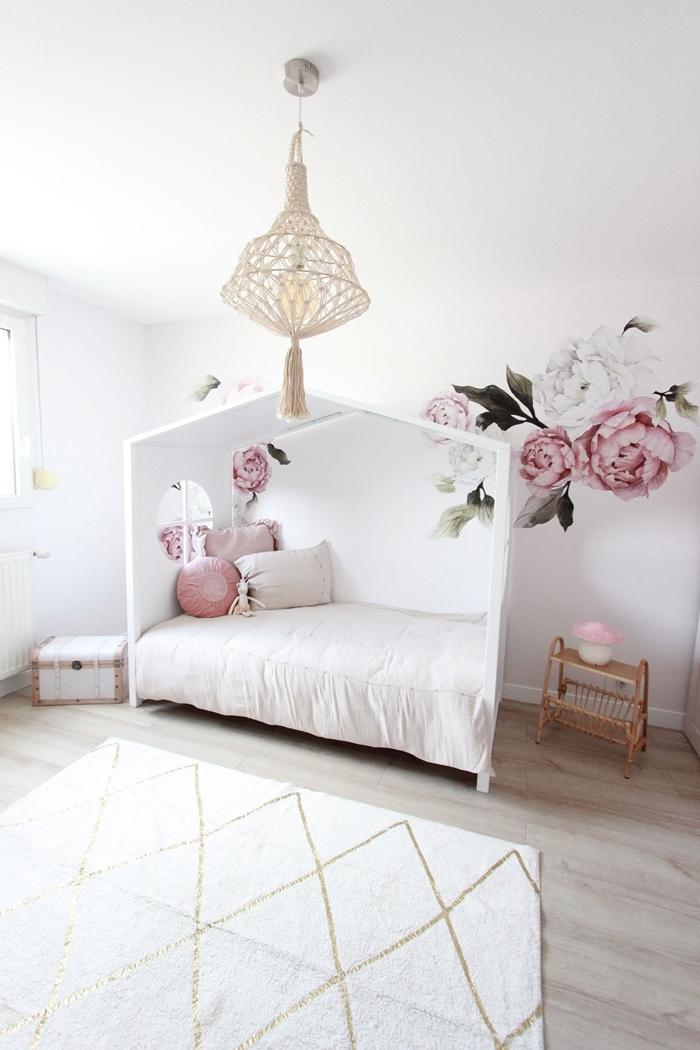 chambre ado fille 14 ans lit cadre bois blanc façon maison suspension luminaire macramé sticker mural fleurs