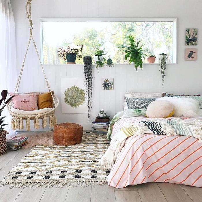 chambre ado fille cocooning tapis franges beige et noir chaise suspendue macramé coussins décoratifs plantes