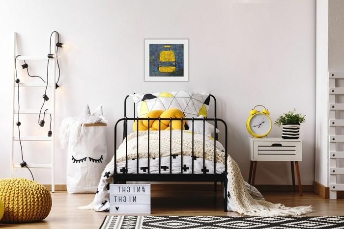 chambre ado fille moderne 2020 style scandinave cadre de lit fer forgé parquet bois tapis motifs géométriques blanc et noir