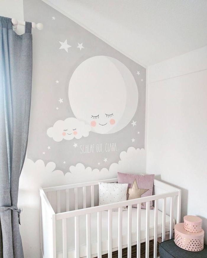 chambre bébé cocooning avec peinture murale cocooning stimulant l imagination murs blancs coussins cocooning dans lit bébé à barreaux blanc rideau gris