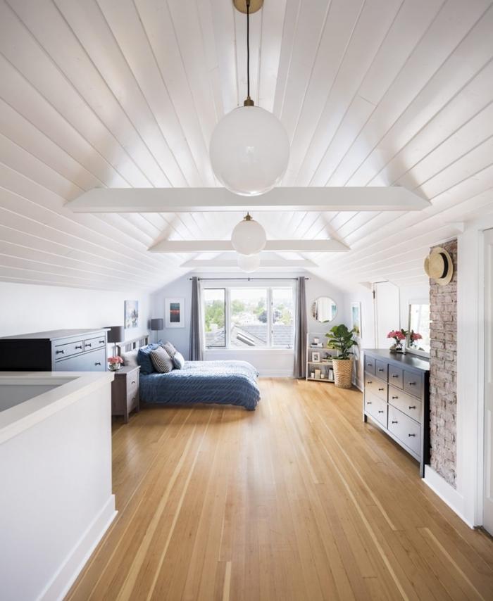 chambre mansardée décoration blanc et bois parquet poutres apparentes bois blanc armoire noir mat mur briques rouges