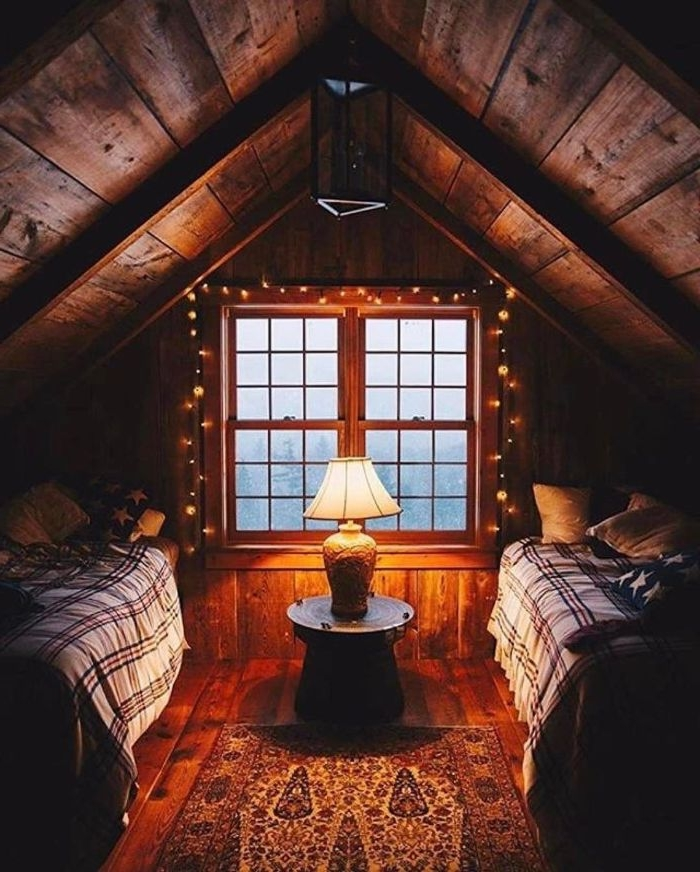 chambre mansardée sous pente dans une maison de bois avec dec list guirlande lumineuse decorative