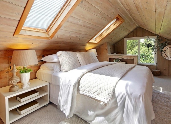 chambre parentale cosy fenêtre de plafond revêtement mur panneaux bois meuble de chevet blanc lit cocooning kingsize