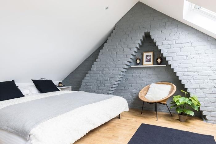 chambre sous pente quel mur peindre briques gris rangement mural étagère fauteuil coussin fausse fourrure blanche