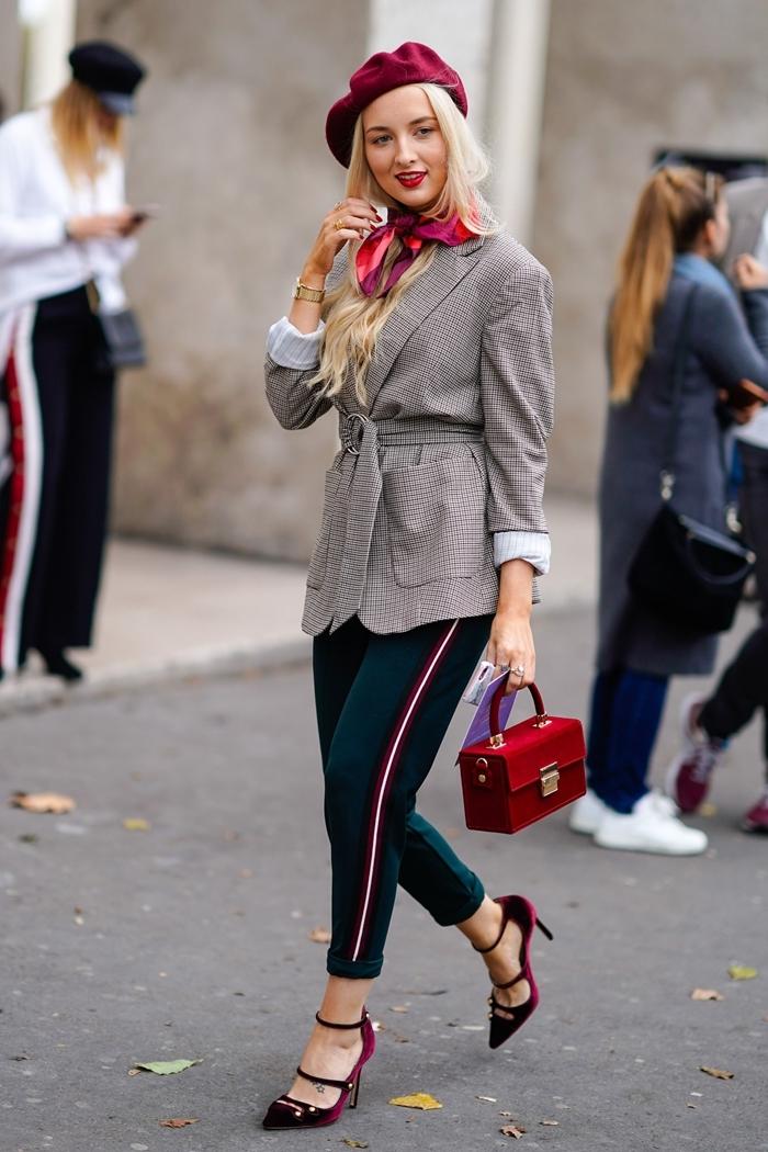 chaussures à talons lit de vin tenue femme chic blazer gris ceinturé sac à main velours rouge béret burgundy écharpe