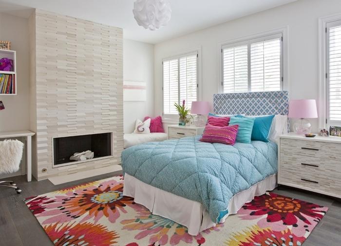 cheminée tapis blanc motifs fleurs bureau blanc chaise fourrure rangement mural étagère déco chambre ado fille