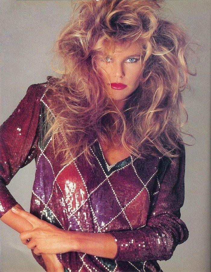 christie brinkley look année 80 un pull aux paillettes en carreaux des cheveux bouffees et rouge a lèvres halloween inspo