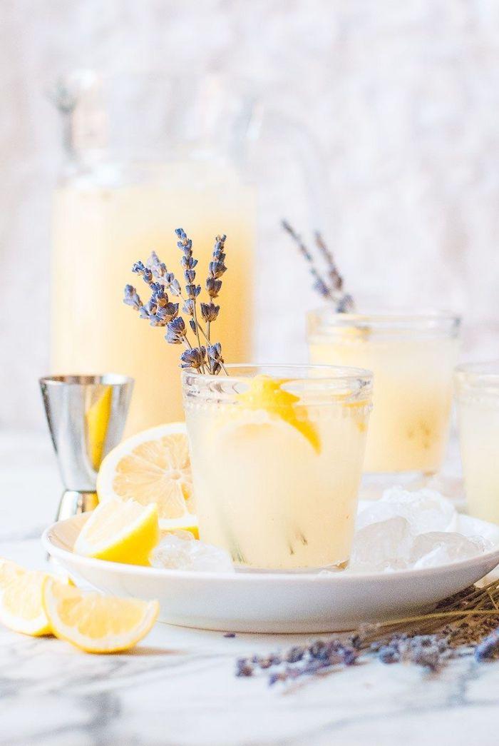 cocktail de lavande avec jus de citron et du vodka dans une assiette activite a faire chez soi