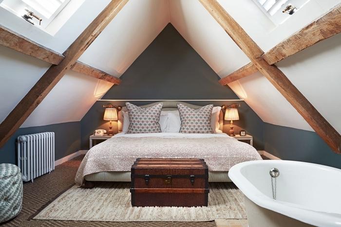 coffre rangement tapis moelleux blanc chambre parentale avec salle de bain baignoire autoportante lampe de chevet
