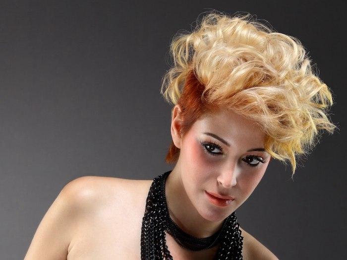 coiffure disco inspiration d halloween des cheveux courtes en deux couleurs blonde et roux fixes avec du laque