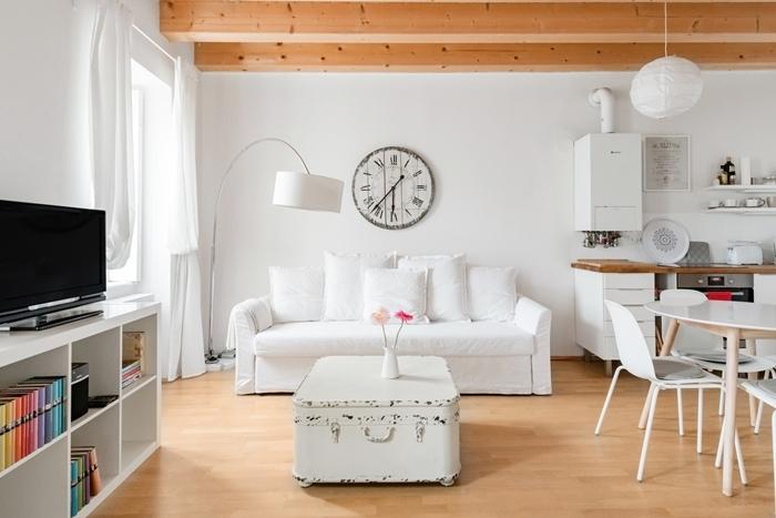 coin cuisine blanc et bois avec plan de travail bois foncé rangement étagère blanche poutres plafond apparentes
