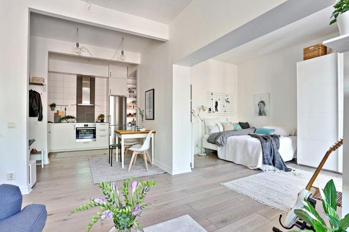 coin cuisine décoration studio étudiant garde robe blanc tapis moelleux franges guitare table manger bois et blanc