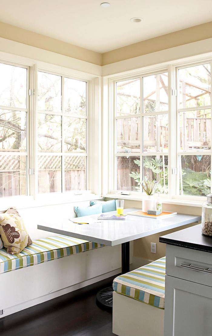 coin de repas cuisine avec des etageres table pliante folet chaises en bois et murs blanc idee d amenagement
