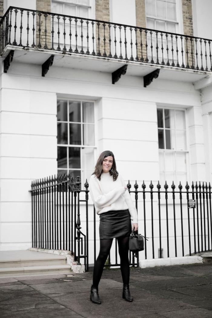 collants noirs jupe courte noire taille haute cuir bottines tenue hiver femme pull oversize blanc sac à main cuir noir