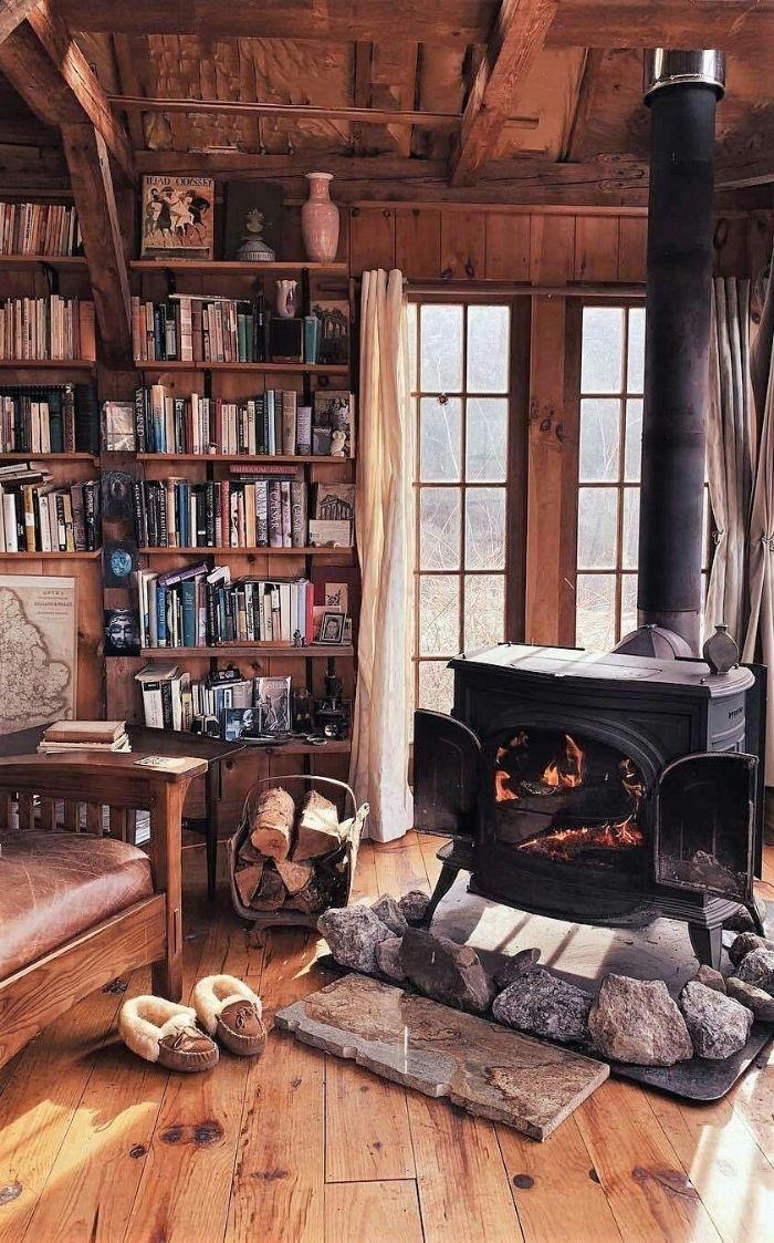 comment créer une ambiance cocooning chez soi parquet bois clair maison rustique fauteuil cuir et bois bibliotheque vintage bois