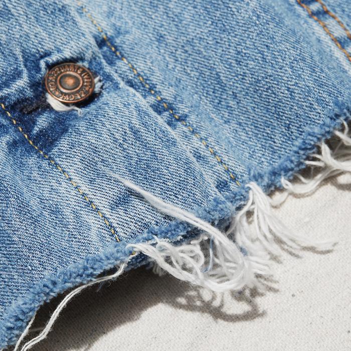 comment customiser une veste en jean en coupant certaines parties avec des bords effiloches