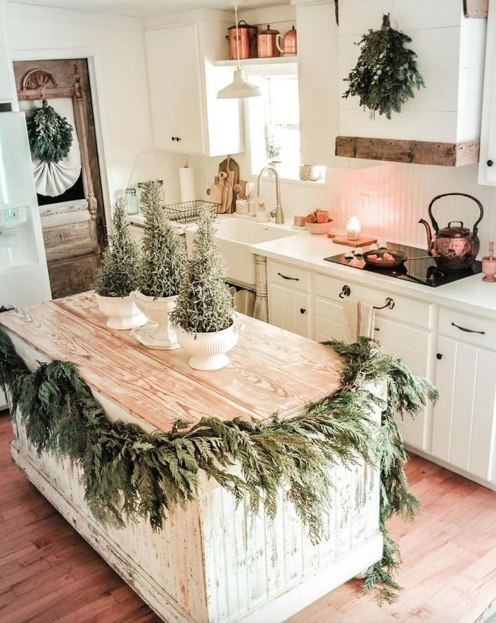 comment decorer une cuisine rustique avec ilot central bois blanchi decoration de pins meuble cuisine blanc et accents vaisselle cuivre