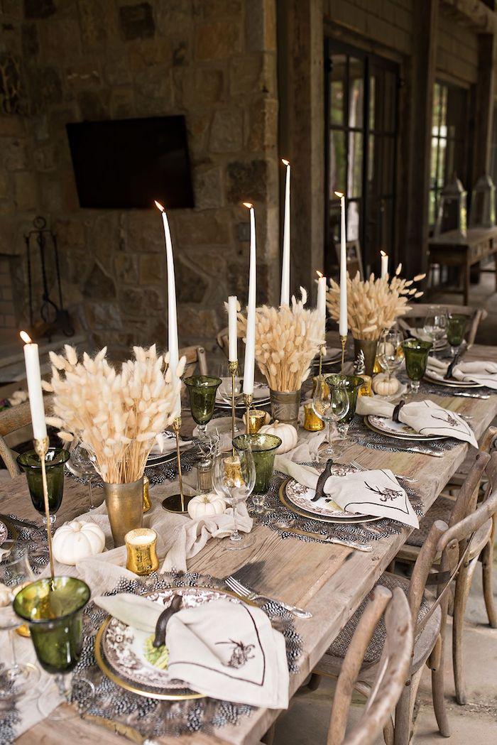 comment dresser une table d action de graces avec des fleurs seches des bougies et verres en verre vert dresse une table a la franciase
