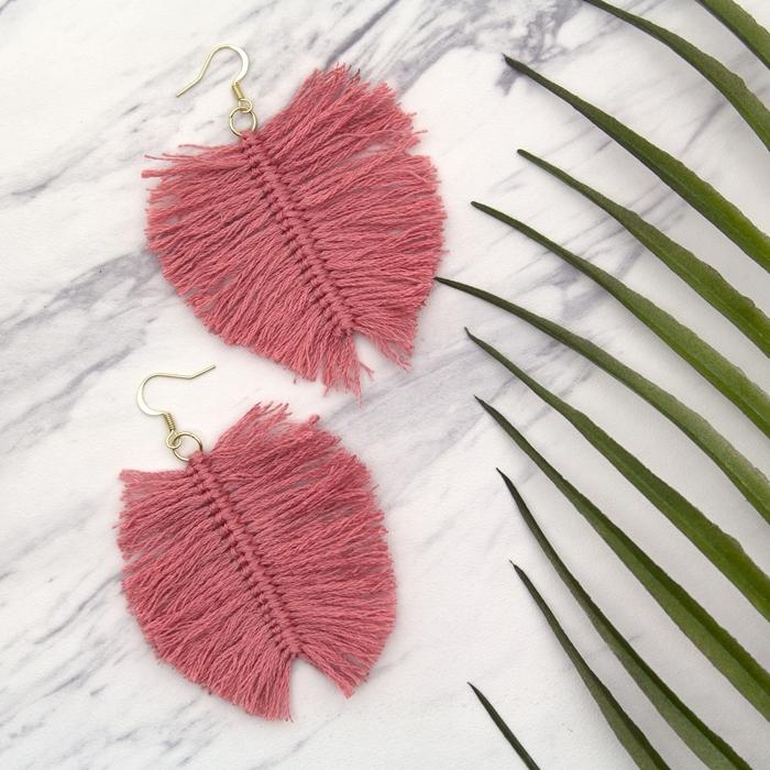 comment faire plume en laine facile diy accessoire porte clé noeud macramé plat feuille rose en laine franges