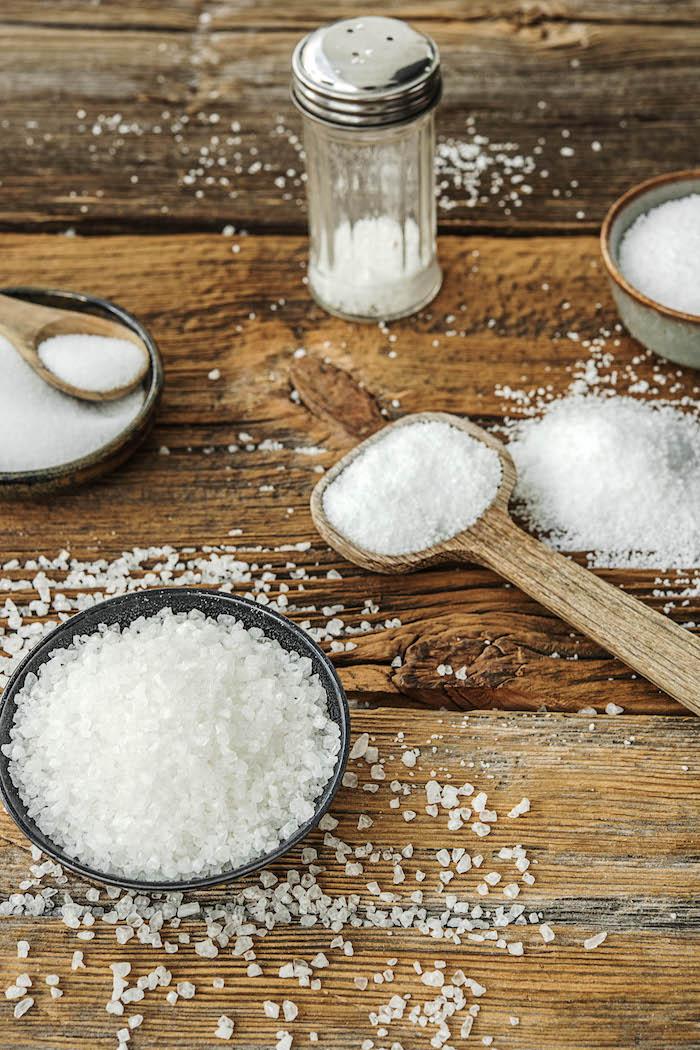 comment mettre la table a la francaise sel de mer dans un petit bol une saliere et cuillre en bois sur une table champetre