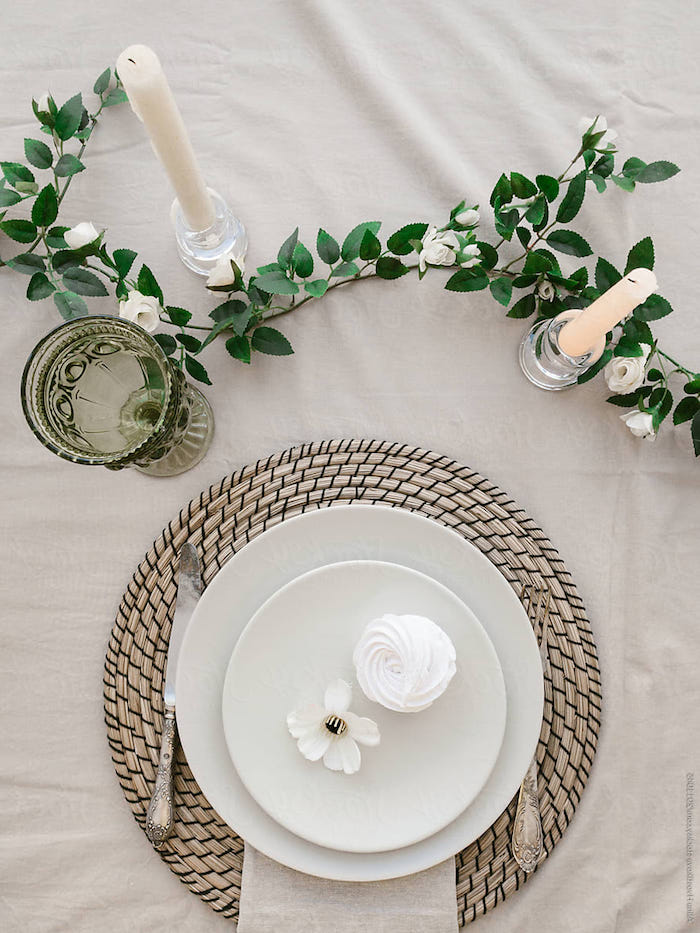 comment mettre la table un fleur et une meringue dans l assiette sur coussin de table deco de deux chandelles et une plante verte