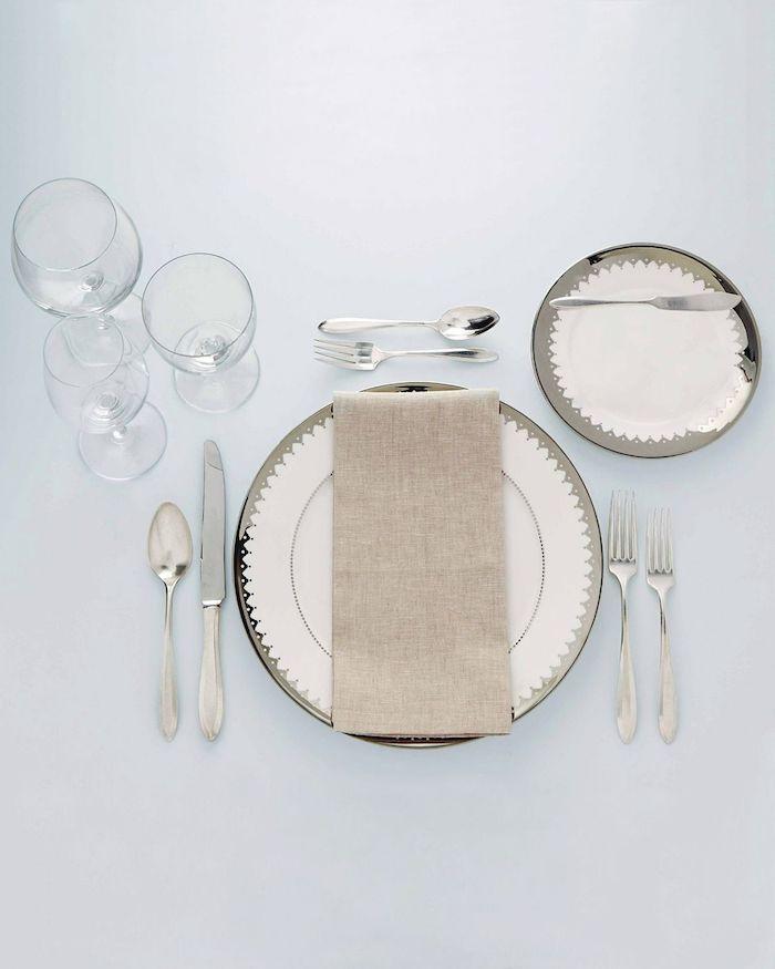 comment mettre les couverts sur la table trois verres a tige assiettes et nappes superposes de tartineur a beurre