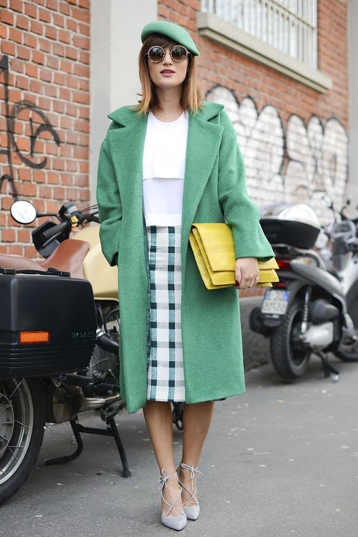 comment mettre un béret manteau long couleur menthe chemise blanche jupe longueur genoux motifs carreaux