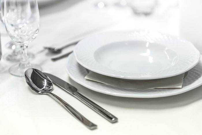 comment placer les couverts pendant un diner informel cuillere et couteau deux verres sur tige