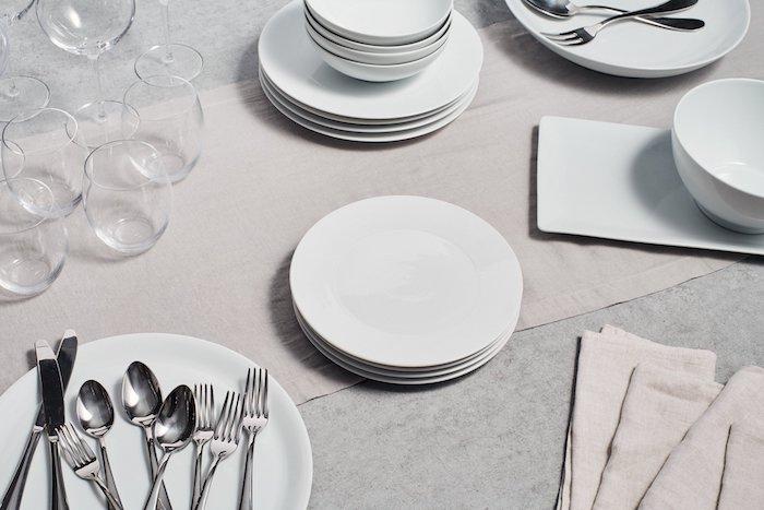 comment placer les couverts sur la tables des piles d assiettes blanches et verres d eau sans tiges