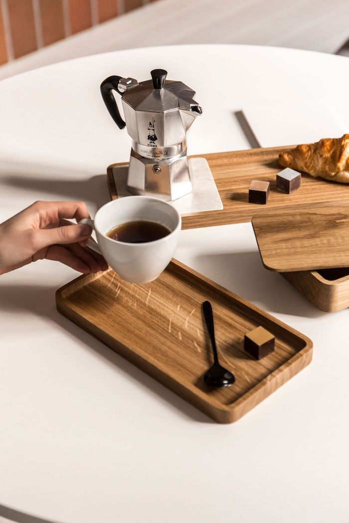 comment placer les verres sur une table tasse de cafe et un percolateur sur des plateaux en bois garni de croissant